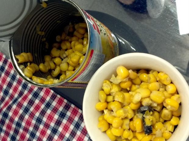 Universitária relatou que percebeu que algo estava errado assim que abriu a lata de milho (Foto: Eloisa Fraga Canziani )