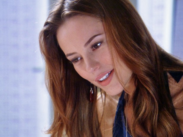 Paloma respira fundo e despista curiosidade da filha (Foto: Amor à Vida/TV Globo)