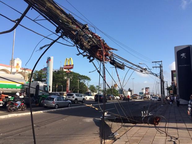 Poste se partiu ao meio após colisão na BR-116 em Canoas (RS) (Foto: Bernardo Bortolotto/RBS TV)
