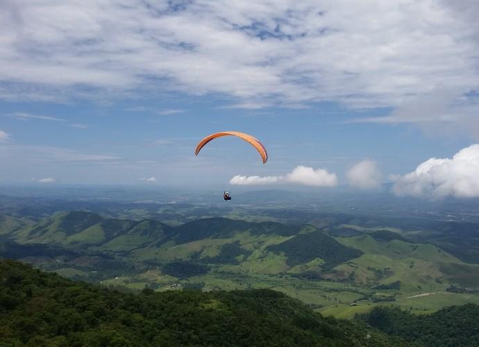 Região da Serra da Mantiqueira atrai praticantes de voo livre (Foto: Rio Sul Revista)