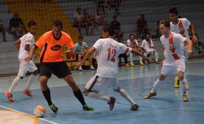 Lance de partida que abriu o campeonato de futsal em Osvaldo Cruz (Foto: Divulgação)