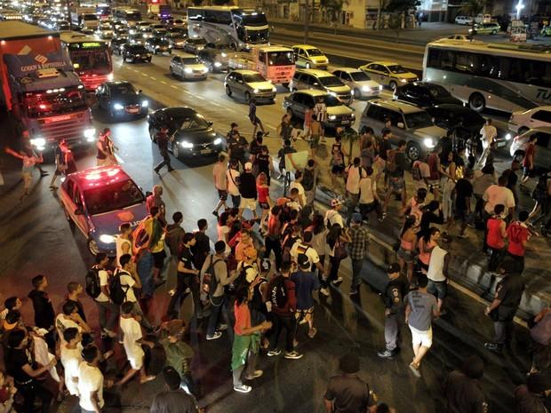 Rio de Janeiro - 24/06/2013: Manifestação em Bonsucesso. Manifestantes fecham a Avenida Brasil.  (Foto: Marcelo Theobald / Extra / Agência O Globo)