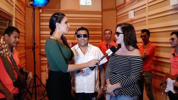Sandrinha conta para Niara Meireles estar muito feliz com a sua volta à banda. (Foto: Se Liga VM)