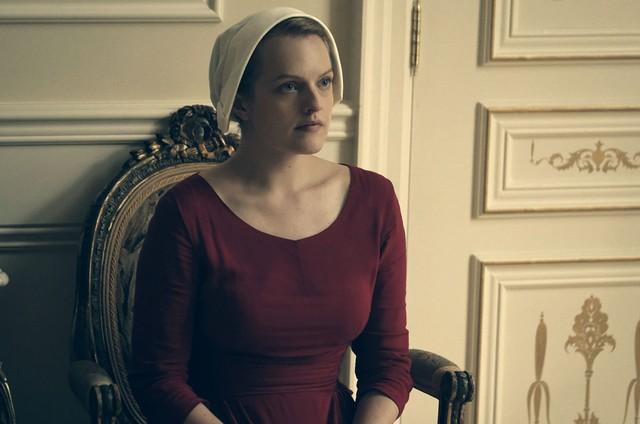 Elisabeth Moss em cena de 'The Handmaid's Tale' (Foto: Divulgação/Hulu)