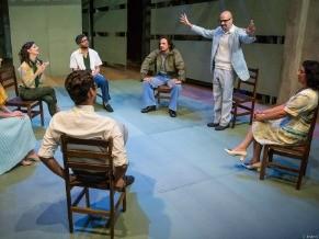 O cenário revela uma típica sala de professores de uma escola particular (Foto: Divulgação/João Caldas)