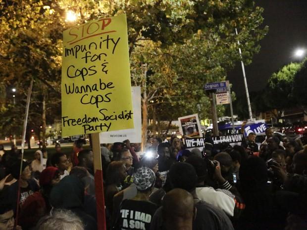 Grupo protesta após absolvição de George Zimmerman em Los Angeles, na Califónia (Foto: Jason Redmond/Reuters)