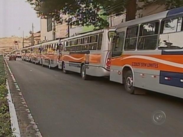 Motoristas pararam em fila na Avenida Rodrigues Alves (Foto: Reprodução TV TEM)