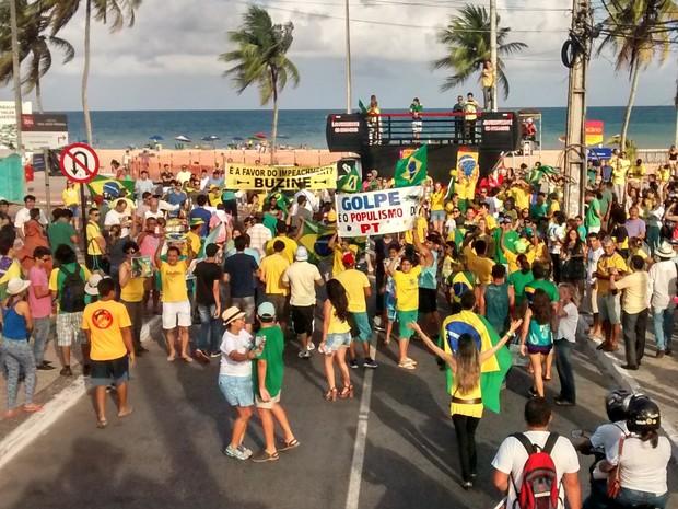 Manifestantes chegam à orla de João Pessoa (Foto: Juliana Bandeira/G1)