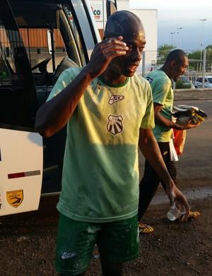 Paulão é homenageado por colegas antes do jogo contra o Ypiranga-RS (Foto: Régis Melo)
