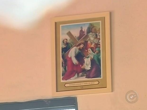 Quadros foram furtados de paróquia (Foto: Reprodução / TV TEM)