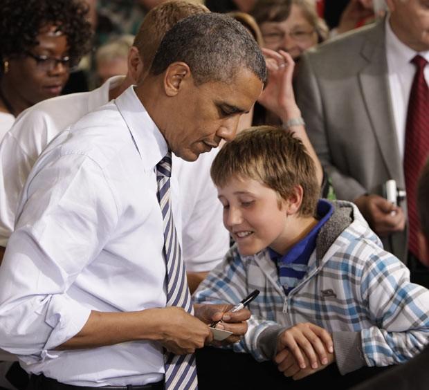 O presidente dos EUA, Barack Obama, escreve bilhete para os professores do garoto Tyler Sullivan na sexta-feira (1º) em Minneapolis, no estado do Minnesota (Foto: Reuters)