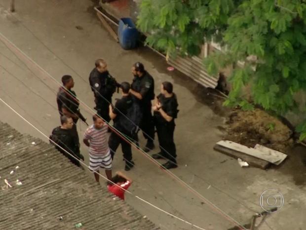Agentes cumprem mandados de prisão e de busca e apreensão (Foto: Reprodução/ TV Globo)