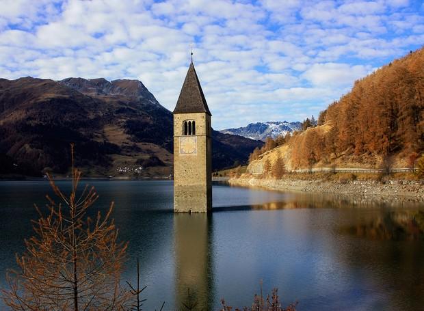 8-lake-resia-lugares-incriveis-lago-torre-igreja (Foto: Thinkstock)