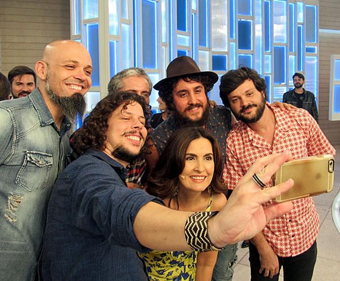 Fátima Bernardes posa em selfie com os integrantes da Suricato  (Foto: Gshow)
