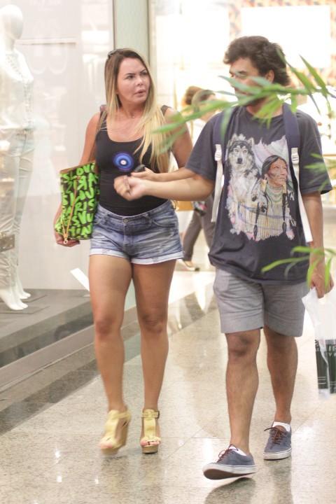 Cristina Mortágua passeia com filho em shopping no RJ (Foto: Derick Abreu / Photo Rio News)
