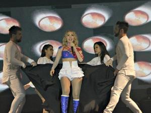 Cantora se apresentou com figurino assinado por estilista amazonense (Foto: Gabriel Machado/G1 AM)