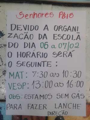 Cartaz em escola do DF avisando que atividades ocorrerão em período reduzido por causa da falta de gás (Foto: Célio Marques/Arquivo pessoal)