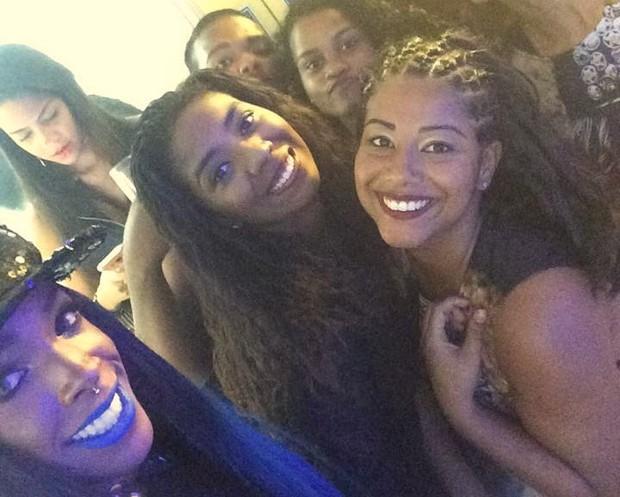 Luane (no centro da foto) irmã da Ludmilla com os fãs em festa no Rio (Foto: Reprodução/Instagram)