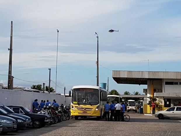 Na empresa Guanabara, ônibus não deixaram as garagens no horário previsto (Foto: Wendell Jefferson)