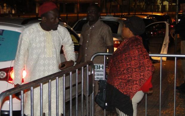 Nigerianos residentes em BH na porta do hotel (Foto: Valeska Silva (Globoesporte.com))