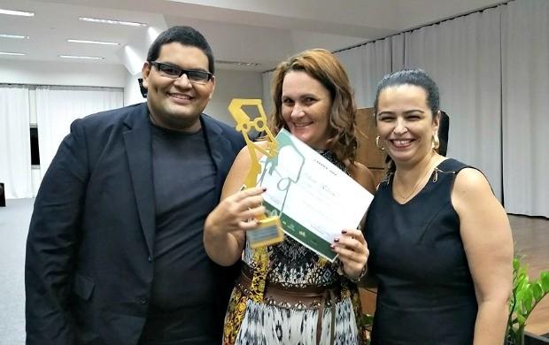 Repórter Débora Ribeiro ao lado do presidente do Sinjac, Victor Augusto, e da dirigente do Sinjac Ana Cristina Silveira (Foto: Débora Ribeiro/Arquivo Pessoal)