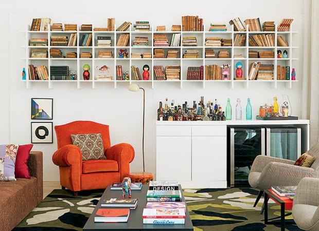 No projeto dos arquitetos Antonio Ferreira Junior e Mario Celso Bernardes, o tapete estampado foi colocado na sala de estar (Foto: Casa e Jardim)