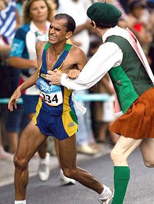 Vanderlei Cordeiro sendo atrapalhado nas olimpíadas (Foto: AFP)
