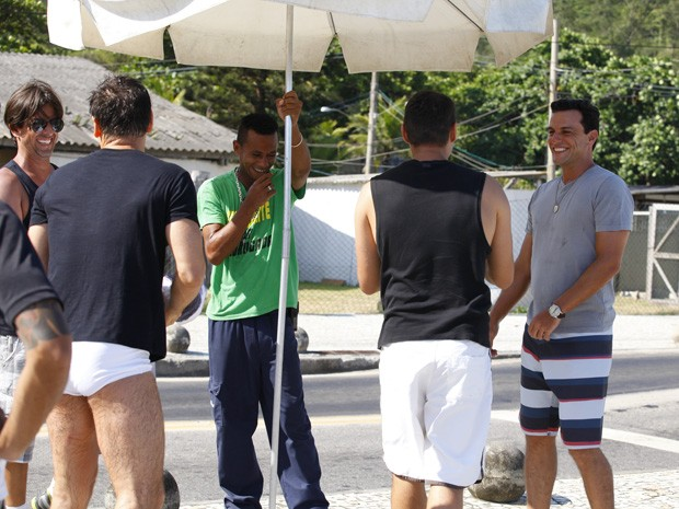 Adriano se diverte enquanto grava com Lombardi, Murilo e Leonardo (Foto: Salve Jorge/TV Globo)