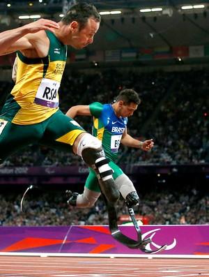 Alan Fonteles e Oscar Pistorius, 4x100m, Atletismo (Foto: Agência AP)