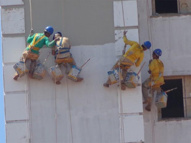 7b9dd6db2db Operários trabalham pendurados por cordas em construção em Ribeirão Preto  (Foto  Arquivo Pessoal