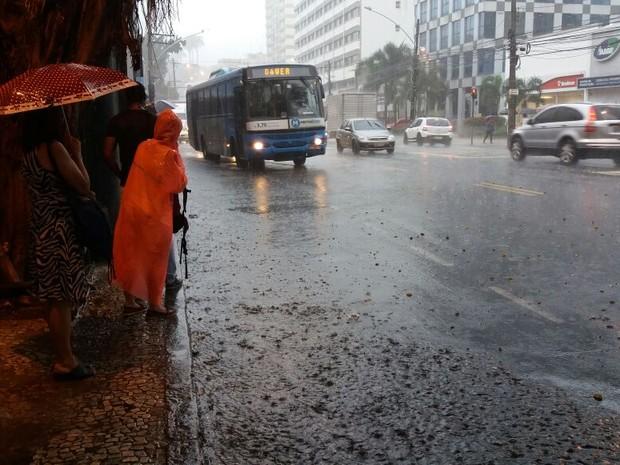 Motoristas e pedestres já encontram pontos de alagamento na Rua Jardim Botânico (Foto: Janaína Carvalho/ G1)