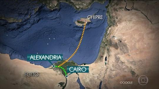 Passageiro britânico tira foto com sequestrador de avião do Egito