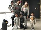 Dani Souza e Dentinho chegam ao Brasil e combinam looks com os filhos