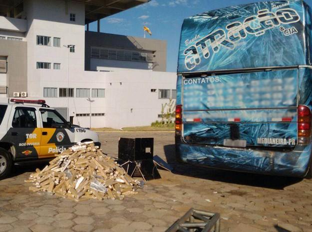 Droga estava em ônibus de 'banda de faixada' (Foto: Polícia Rodoviária/Divulgação)