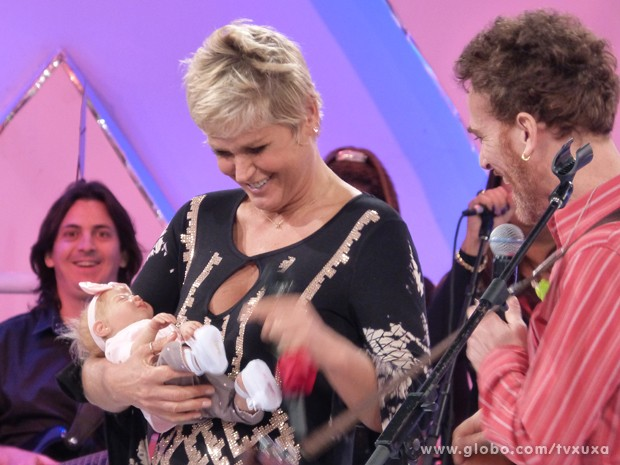 Xuxa mostra a bonequinha para Nando Reis (Foto: TV Globo / TV Xuxa)