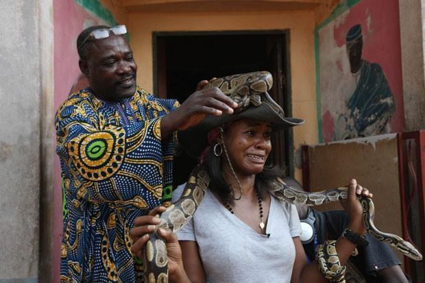 Aduare Achumba fez cara de apavorada depois posou com serpentes pítons (Foto: Sunday Alamba/AP)