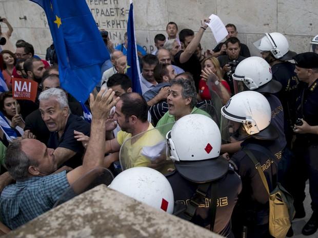 """Manifestantes entram em confronto com policiais em Atenas durante protesto pelo 'Sim"""" (Foto: Marko Djurica / Reuters)"""