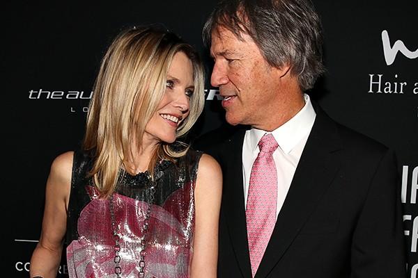 Em 1993, Michelle Pfeiffer foi em um encontro às escuras com o roteirista e produtor David E. Kelley, que a levou ao cinema para assistir 'Dracula'. Dez meses depois os dois estavam casados e assim estão até hoje.  (Foto: Getty Images)
