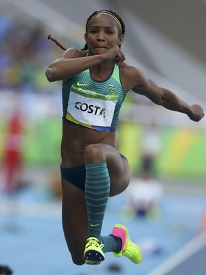 Brasileira Keila Costa na classificatória do salto triplo (Foto: REUTERS/Phil Noble)