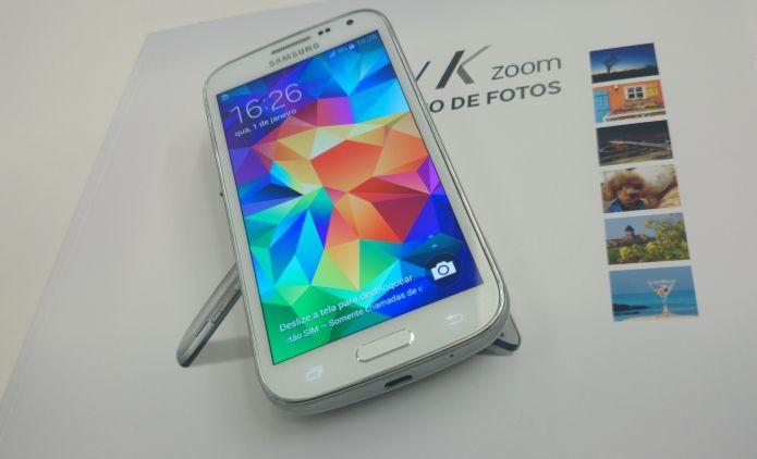 A primeira impressão que se tem, utilizando o Galaxy K Zoom, é que ele lembra o seu irmão S5 no design (Foto: Pedro Zambarda/TechTudo)