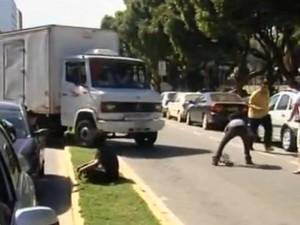 Caminhão entrou na contramão e quase atropelou os manifestantes (Foto: Reprodução/InterTV)