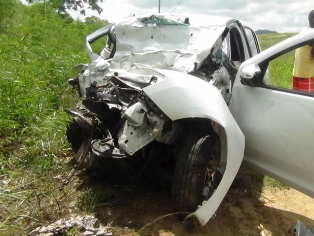 Carro do taxista ficou completamente destruído com o impacto da batida (Foto: Eudo Mendes/Itapetinga Repórter)