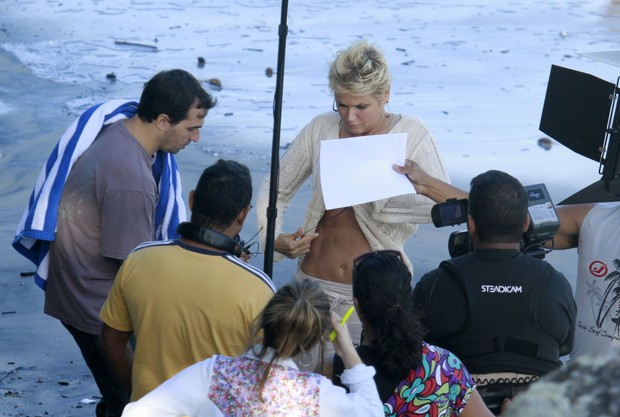 Xuxa deixa barriga amostra em gravação (Foto: Dilson Silva  / Agnews)