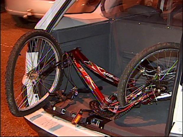 Polícia recolheu a bicicleta do local do acidente (Foto: Reprodução / TV Tem)