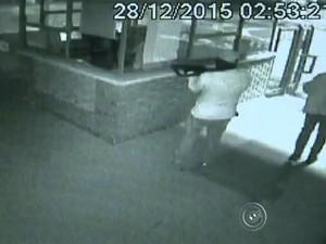 Ladrões renderam vigia antes de explosão (Foto: Reprodução/TV TEM)