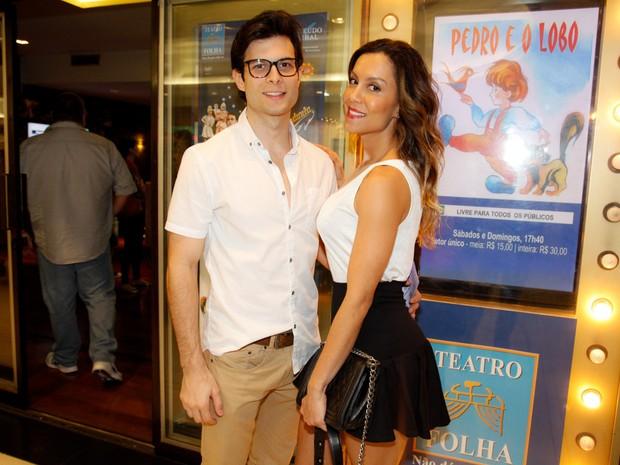 Ex-BBB Lia e o namorado, Leandro Bato, em peça em São Paulo (Foto: Marcos Ribas/ Foto Rio News)