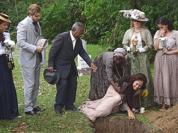 Isabel se desespera ao ter que se despedir do filho morto (Foto: Lado a Lado / TV Globo)