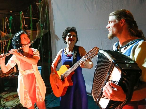 Trio de artistas participa da contação de histórias com música ao vivo (Foto: Divulgação / Valterci Santos)