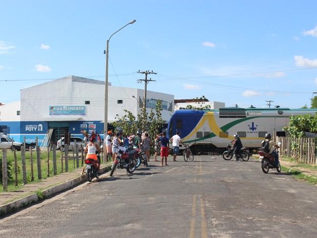 Metrô invadiu avenida no bairro Dirceu, em Teresina (Foto: Ellyo Teixeira/G1 Piauí)
