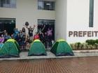 Professores de Cabo Frio encerram acampamento e protestam em ponte